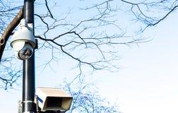 Una videocamera di sicurezza all'aperto di due CCTV Fotografia Stock