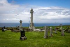 Una vieja mirada cemetry escocesa sobre el mar Imagenes de archivo