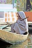 Una vieja mujer del Kashmiri que rema su barco de Shikara en Dal Lake en Srinagar, Jammu y Cachemira, la India Srinagar, Jammu y  Imagenes de archivo