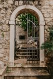 Una vieja puerta labrada que lleva al patio imagen de archivo
