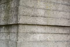 Una vieja superficie del hormigón con las impresiones de tableros ásperos Fondo industrial gris imagen de archivo libre de regalías
