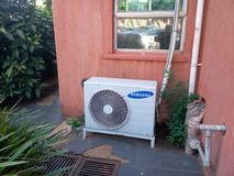 Una vieja unidad de aire acondicionado en mi oficina imágenes de archivo libres de regalías