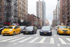 Una visión abajo de una calle ocupada de la avenida, gente camina en las calles muy transitadas Fotografía de archivo