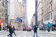 Una visión abajo de una calle ocupada de la avenida, gente camina en las calles muy transitadas Imagenes de archivo