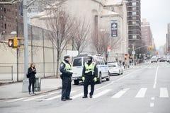 Una visión abajo de una calle ocupada de la avenida, gente camina en las calles muy transitadas Fotografía de archivo libre de regalías