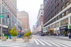 Una visión abajo de una calle ocupada de la avenida, gente camina en las calles muy transitadas Imágenes de archivo libres de regalías