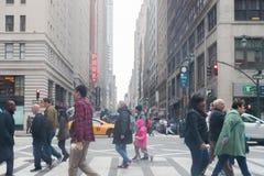 Una visión abajo de una calle ocupada de la avenida, gente camina en las calles muy transitadas Fotos de archivo