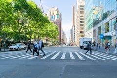 Una visión abajo de una calle ocupada de la avenida, gente camina en las calles muy transitadas Imagen de archivo libre de regalías