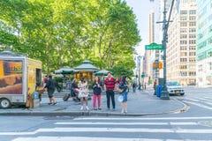 Una visión abajo de una calle ocupada de la avenida, gente camina en las calles muy transitadas Fotos de archivo libres de regalías
