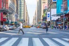 Una visión abajo de una calle ocupada de la avenida, gente camina en las calles muy transitadas Foto de archivo libre de regalías