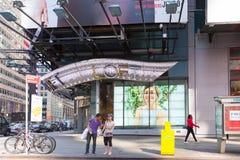 Una visión abajo de una calle ocupada de la avenida, gente camina en las calles muy transitadas Imagen de archivo