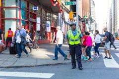 Una visión abajo de una calle ocupada de la avenida, gente camina en las calles muy transitadas Foto de archivo