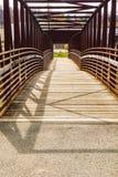 Una visión abstracta una pasarela del metal en el Greenway del río de Roanoke imagen de archivo libre de regalías