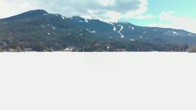 Una visión de filtrado sobre un lago congelado del invierno de la montaña de la marmota en un día soleado almacen de metraje de vídeo