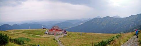 Una visión desde arriba de la elevación de Vratna a los picos imagen de archivo libre de regalías