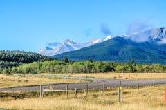 Una visión desde el lado del roade, país de Kananaskis, Alberta, Canadá foto de archivo libre de regalías