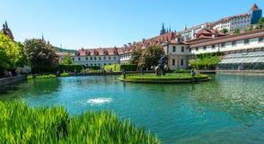 Una visión desde la piscina dentro del palacio de Waldstein cultiva un huerto fotografía de archivo