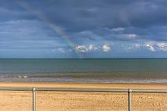 Una visión desde la 'promenade' hacia fuera al mar de la playa de Skegness, Reino Unido Imágenes de archivo libres de regalías