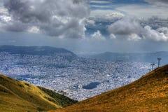 Una visión desde las montañas que miran abajo en la ciudad de Quito, Ecuador Fotos de archivo libres de regalías