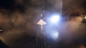 Una visión desde los asientos a una etapa con una bailarina almacen de video