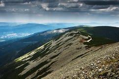 Una visión desde una montaña de piedra a las colinas distantes fotografía de archivo libre de regalías