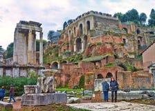 Una visión desde Roman Forum que es el foro más importante de Roma antigua imagen de archivo libre de regalías