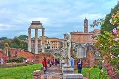Una visión desde Roman Forum que es el foro más importante de Roma antigua imagen de archivo