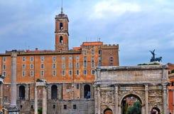 Una visión desde Roman Forum que es el foro más importante de Roma antigua fotografía de archivo