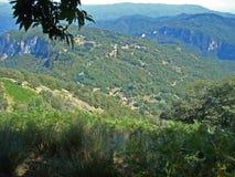 Una visión desde un paisaje en el cerco de Fornaci di Barga en Italia imagenes de archivo