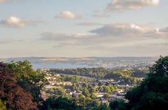 Una visión desde un punto álgido que mira abajo hacia un área de la playa del lado de mar en Devon Reino Unido Imagenes de archivo