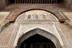 Una visión interior desde el patio de Bou Inania Madarsa en Fes, Marruecos foto de archivo
