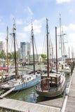 Una visión a lo largo de los barcos de navegación en el Veerhaven en los edificios imponentes en Holland Amerikakade en Rotterdam fotos de archivo libres de regalías