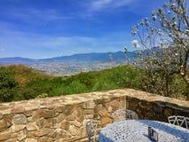Una visión romántica desde un balcón en Monte Alban - México foto de archivo