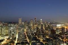 Una visión sobre la bahía de Elliott y la costa céntrica urbana de los edificios del horizonte de la ciudad de Seattle Imagen de archivo