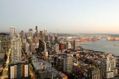 Una visión sobre la bahía de Elliott y la costa céntrica urbana de los edificios del horizonte de la ciudad de Seattle Foto de archivo