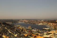 Una visión sobre la bahía de Elliott y la costa céntrica urbana de los edificios del horizonte de la ciudad de Seattle Fotos de archivo