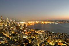 Una visión sobre la bahía de Elliott y la costa céntrica urbana de los edificios del horizonte de la ciudad de Seattle Fotografía de archivo libre de regalías