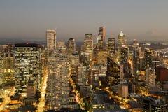 Una visión sobre la bahía de Elliott y la costa céntrica urbana de los edificios del horizonte de la ciudad de Seattle Imagenes de archivo