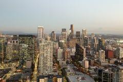 Una visión sobre la bahía de Elliott y la costa céntrica urbana de los edificios del horizonte de la ciudad de Seattle Foto de archivo libre de regalías