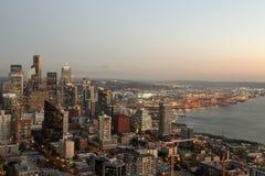 Una visión sobre la bahía de Elliott y la costa céntrica urbana de los edificios del horizonte de la ciudad de Seattle Fotos de archivo libres de regalías