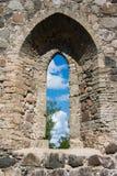 Una visión a través de una ventana de un castillo viejo en Sigulda Fotos de archivo libres de regalías