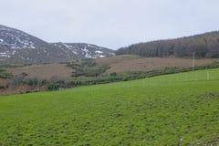 Una visión a través de uno del muchos nieve remató las colinas y los valles de las montañas de Mourne en condado abajo en Irlanda Fotografía de archivo libre de regalías