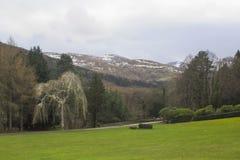 Una visión a través de uno del muchos nieve remató las colinas y los valles de las montañas de Mourne en condado abajo en Irlanda Imagen de archivo libre de regalías