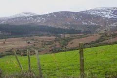 Una visión a través de uno del muchos nieve remató las colinas y los valles de las montañas de Mourne en condado abajo en Irlanda Imágenes de archivo libres de regalías