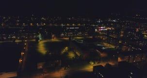 Una vista aérea asombrosa de la ciudad en la noche, Estonia de Kohtla-Jarve almacen de metraje de vídeo