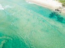 Una vista aérea de la playa con agua clara Fotos de archivo libres de regalías