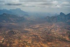 Una vista aérea de las tierras áridas del desierto y de las montañas dentadas en imagen de archivo