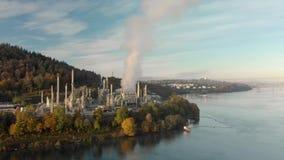 Una vista aérea de una refinería de petróleo en la entrada de Burrard con vistas a Vancouver céntrica, Canadá, en el fondo almacen de video