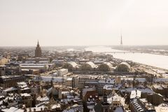 Una vista aérea de Riga con la torta de cumpleaños del ` s de Stalin en la distancia fotos de archivo
