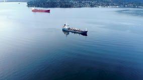 Una vista aérea de un buque de petróleo que se sienta en la entrada de Burrard cerca de ensenada profunda en Vancouver, A.C. metrajes